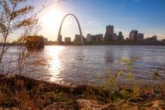 Horizonte de St. Louis, Missouri a través del río Misisipi fotos de archivo libres de regalías