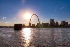 Horizonte de St. Louis, Missouri a través del río Misisipi imagen de archivo