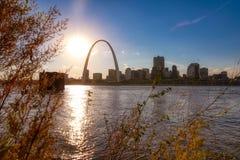 Horizonte de St. Louis, Missouri a través del río Misisipi imágenes de archivo libres de regalías
