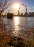 Horizonte de St. Louis, Missouri a través del río Misisipi fotos de archivo
