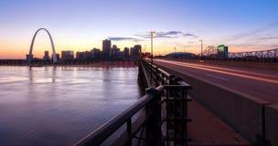 Horizonte de St. Louis, Missouri y arco de la entrada fotos de archivo