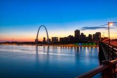 Horizonte de St. Louis, Missouri y arco de la entrada imágenes de archivo libres de regalías