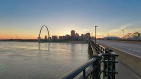 Horizonte de St. Louis, Missouri y arco de la entrada almacen de video