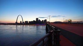 Horizonte de St. Louis, Missouri y arco de la entrada almacen de metraje de vídeo