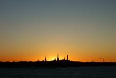 Horizonte de Tallinn en la puesta del sol Fotos de archivo libres de regalías