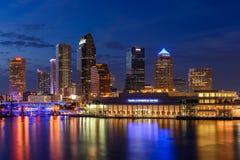 Horizonte de Tampa en la hora azul imágenes de archivo libres de regalías
