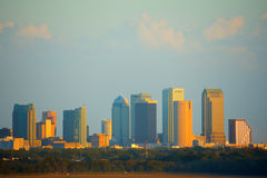 Horizonte de Tampa la Florida en la puesta del sol vista del International de Tampa Imagen de archivo