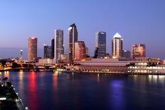 Horizonte de Tampa - skyscrapes modernos de Panoramatic Imagen de archivo libre de regalías