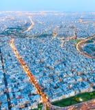 Horizonte de Teherán Silueta del hombre de negocios Cowering Fotos de archivo libres de regalías