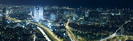 Horizonte de Tel Aviv en la noche Imágenes de archivo libres de regalías