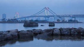 Horizonte de Tokio con el puente del arco iris en día nublado foto de archivo libre de regalías