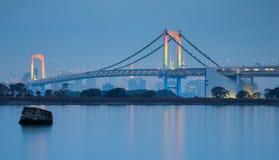Horizonte de Tokio con el puente del arco iris en el crepúsculo imagen de archivo