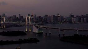 Horizonte de Tokio con la torre de Tokio y el puente del arco iris después de la puesta del sol en Tokio, Japón almacen de video