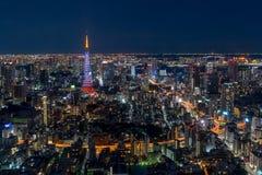 Horizonte de Tokio en la noche imagenes de archivo