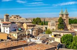 Horizonte de Toledo con Santiago del Arrabal Church y la puerta de Puerta de Bisagra Nueva españa Fotos de archivo libres de regalías