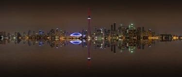 Horizonte de Toronto en la noche con una reflexión Imagenes de archivo