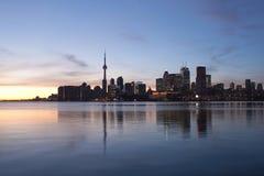 Horizonte de Toronto en la puesta del sol Fotos de archivo libres de regalías