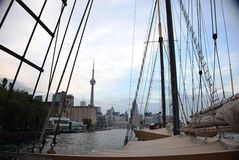 Horizonte de Toronto según lo visto de una nave Imagen de archivo libre de regalías