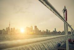Horizonte de Toronto y sol sugestivo Imagen de archivo libre de regalías