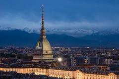 Horizonte de Turín en la oscuridad, paisaje urbano del panorama con la demostración de Antonelliana del topo Imagen de archivo