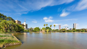 Horizonte de Uhuru Park y de Nairobi, Kenia Imagen de archivo