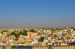 Horizonte de una ciudad apretada de Udaipur, la India fotos de archivo libres de regalías