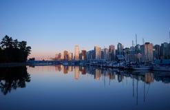 Horizonte de Vancouver cerca de Stanley Park y del puerto deportivo Imagenes de archivo