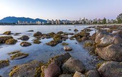 Horizonte de Vancouver en la hora azul según lo visto de la playa de Kitsilano Imagen de archivo libre de regalías