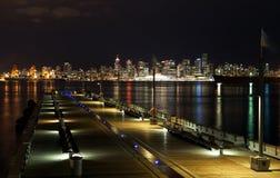 Horizonte de Vancouver por noche Fotos de archivo libres de regalías