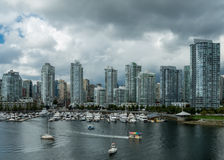 Horizonte de Vancouver que pasa por alto False Creek Imagenes de archivo