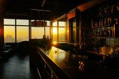 Horizonte de Victoria Harbor en la puesta del sol del tejado de AQUA Bar, dentro de una Pekín en Nathan Road en Tsim Sha Tsui, Ko Foto de archivo