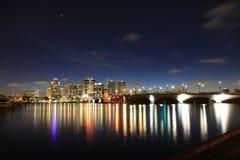 Horizonte de West Palm Beach en la noche Fotos de archivo libres de regalías