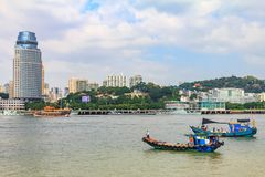 Horizonte de Xiamen y barcos de pesca chinos cerca del Gulangyu Islan Fotos de archivo