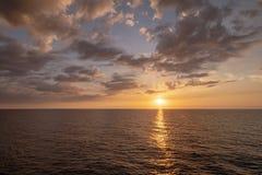 Horizonte del agua con el ajuste del sol Imagen de archivo