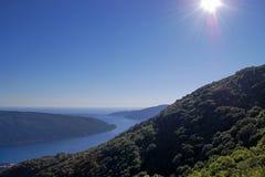 Horizonte del agua y cuesta verde Imagen de archivo libre de regalías
