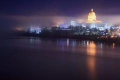 Horizonte del capitolio de Missouri en la niebla Imagen de archivo libre de regalías