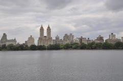 Horizonte del Central Park en Midtown Manhattan de New York City en Estados Unidos imagen de archivo