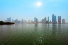 Horizonte del centro de ciudad de Sharja, UAE imagen de archivo