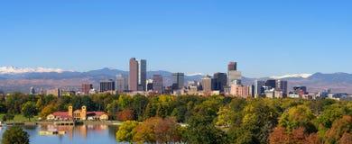 Horizonte del centro de la ciudad de Denver con Rocky Mountains imagen de archivo libre de regalías