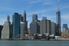 Horizonte del Lower Manhattan con Freedom Tower inacabado y embarcadero 17 antes de la reconstrucción Foto de archivo libre de regalías