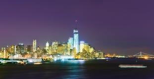 Horizonte del Lower Manhattan en la noche imagenes de archivo