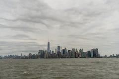 Horizonte del Lower Manhattan visto del agua Fotos de archivo libres de regalías