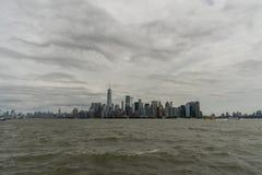 Horizonte del Lower Manhattan visto del agua Imagen de archivo libre de regalías