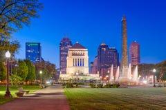 Horizonte del monumento de guerra de Indianapolis, Indiana, los E.E.U.U. foto de archivo