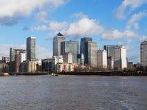 Horizonte del muelle amarillo en Londres Foto de archivo libre de regalías