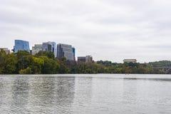 Horizonte del negocio y Washington DC del río imagen de archivo