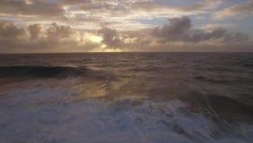 Horizonte del océano en la puesta del sol, visión aérea metrajes