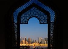 Horizonte del oeste de Bay City según lo visto de la mezquita magnífica Doha, Qatar Foto de archivo libre de regalías