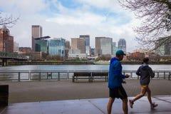 Horizonte del paisaje urbano de Portland Oregon con los corredores Imagenes de archivo