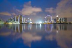 Horizonte del paisaje urbano de Singapur con Marina Bay en la noche Fotos de archivo libres de regalías